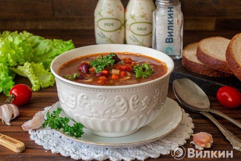 Порция томатного супа с консервированной фасолью
