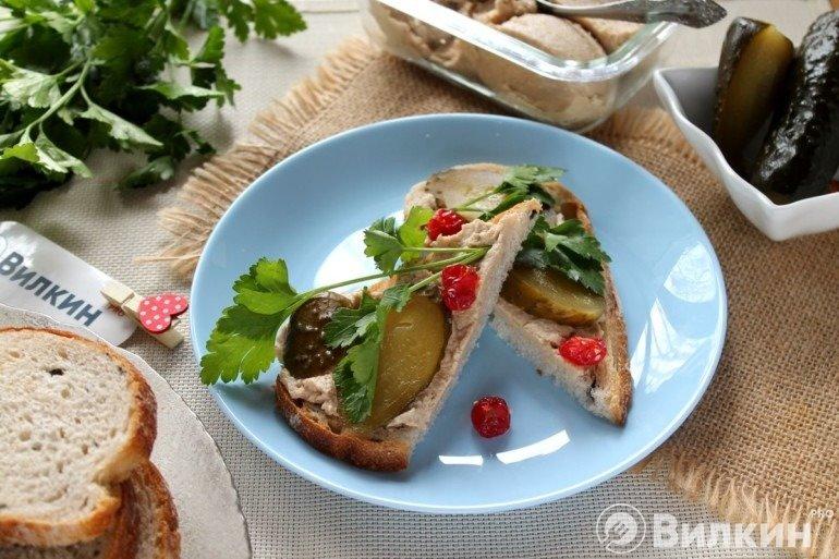 Бутерброды с печенью трески и огурцом