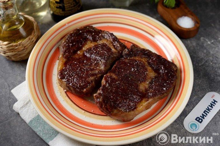 Выкладка готового мяса на тарелку