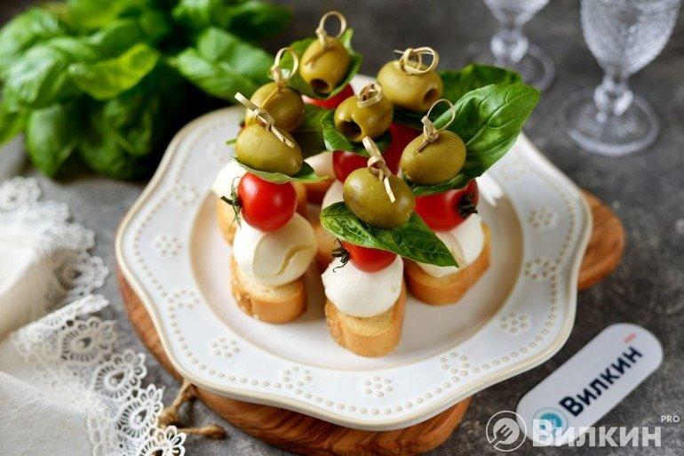 Канапе с сыром и черри для праздничного стола
