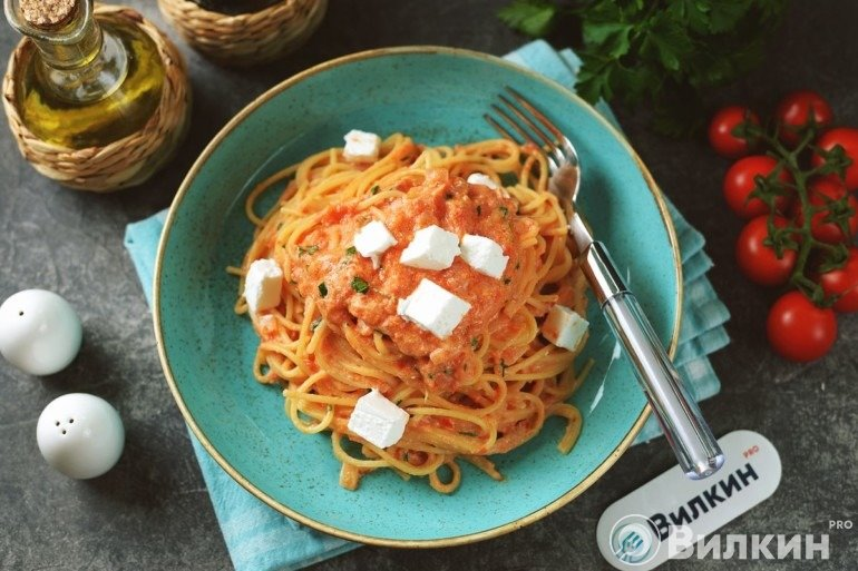 Паста с сыром и помидорами