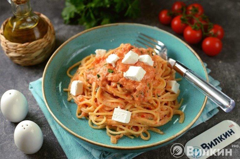 Порция пасты с сыром в томатном соусе