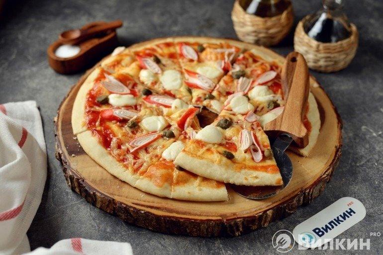 Нарезка и подача пиццы к столу