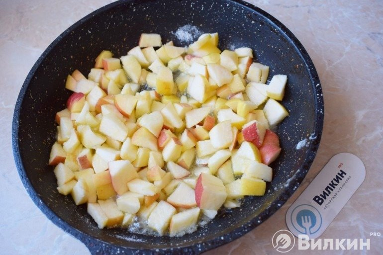 Яблоки в сковороде