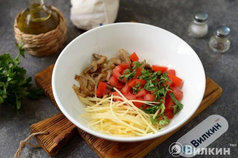 Грибы, сыр и помидоры в миске