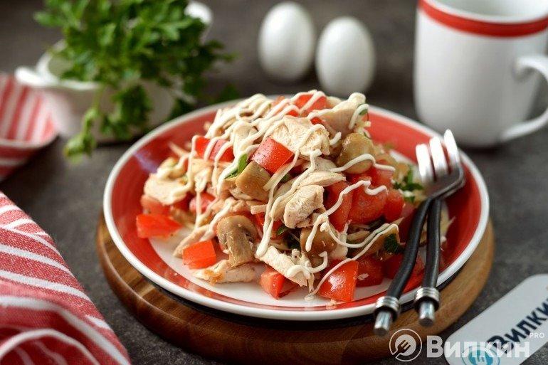 Вкусный салат из курицы с жареными грибами и сыром