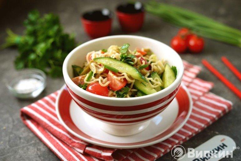 Салат из «Роллтона» с овощами на ужин