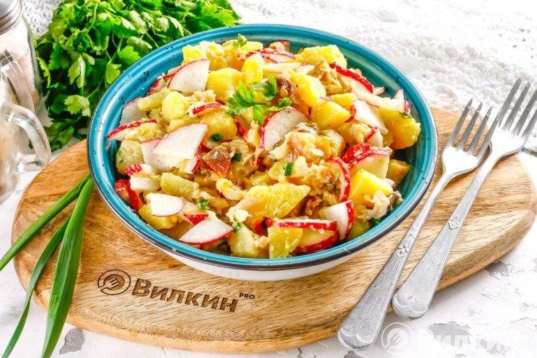 Салат из скумбрии горячего копчения и овощей