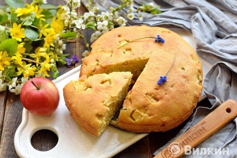 Шарлотка на маргарине с яблоками