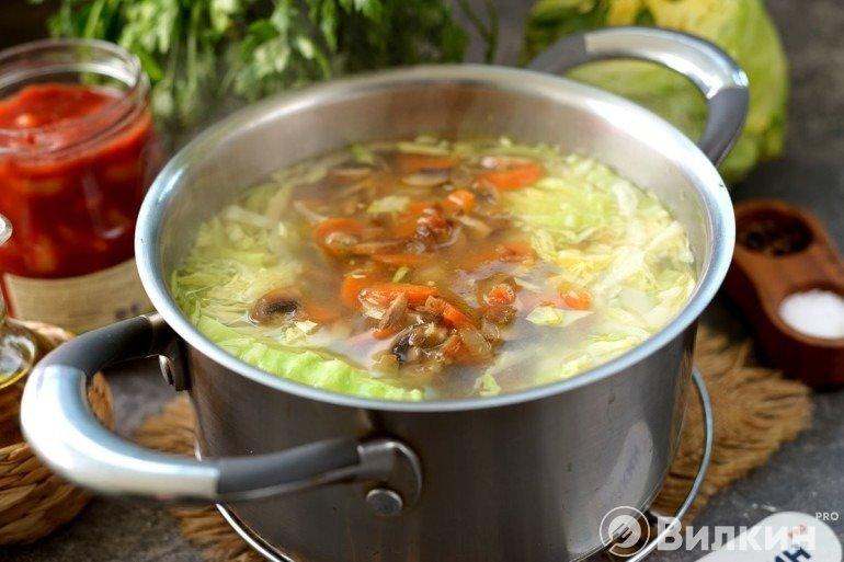 Закладка капусты и зажаренных овощей в суп