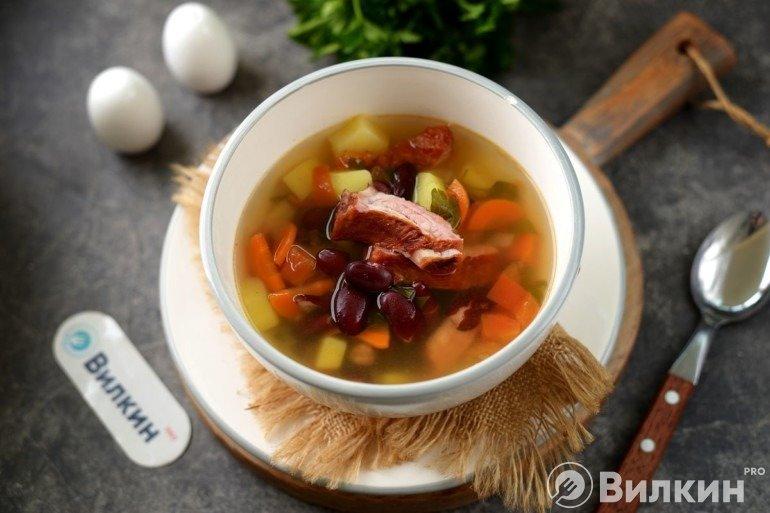 Суп с консервированной фасолью и копченостями