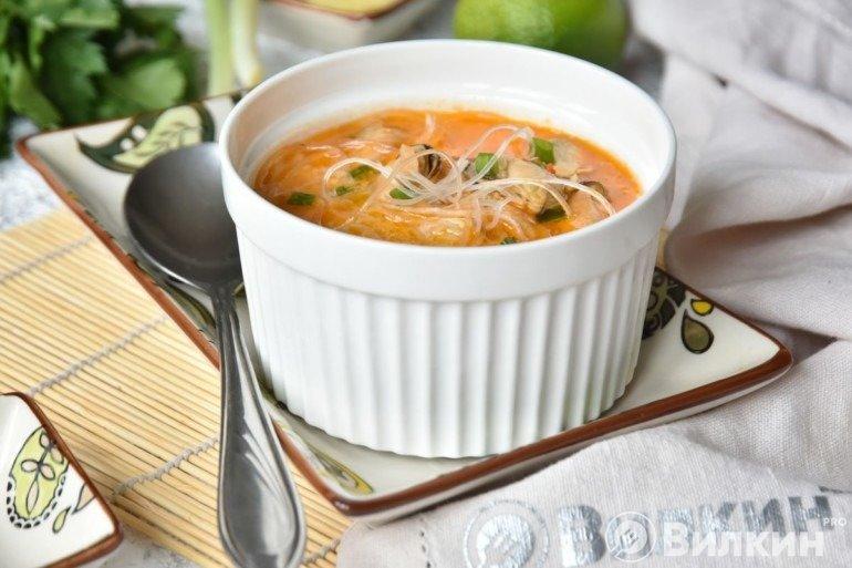 Томатный суп с мидиями и фунчозой