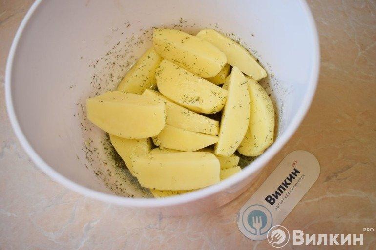 Смешивание картошки с ароматной смесью