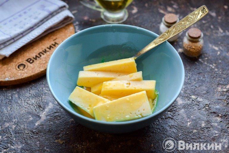 Обмакивание сыра в яйце