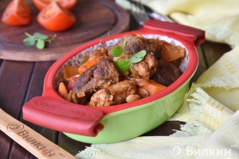 Говядина духовая с овощами, фасолью и колбасками