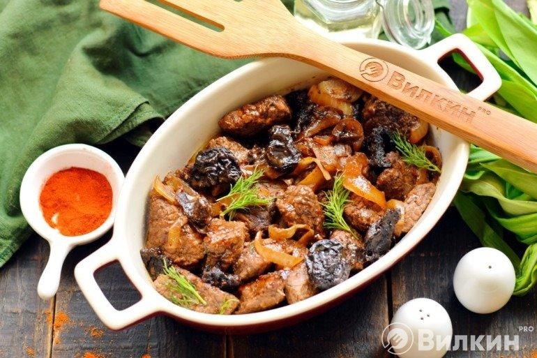 Говядина с черносливом в духовке