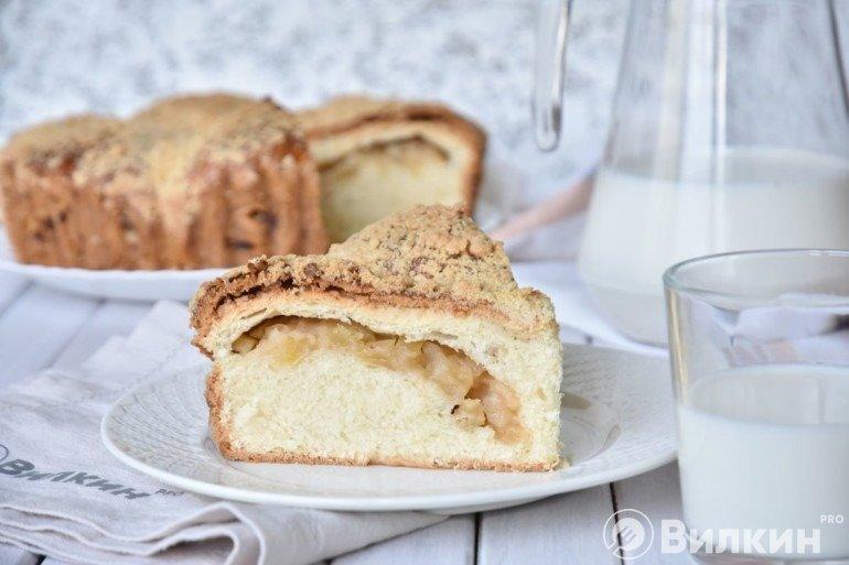 Кусочек яблочного пирога с крошкой