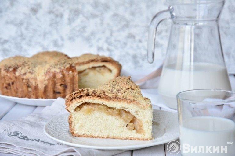 Пирог на молоке с яблоками в духовке