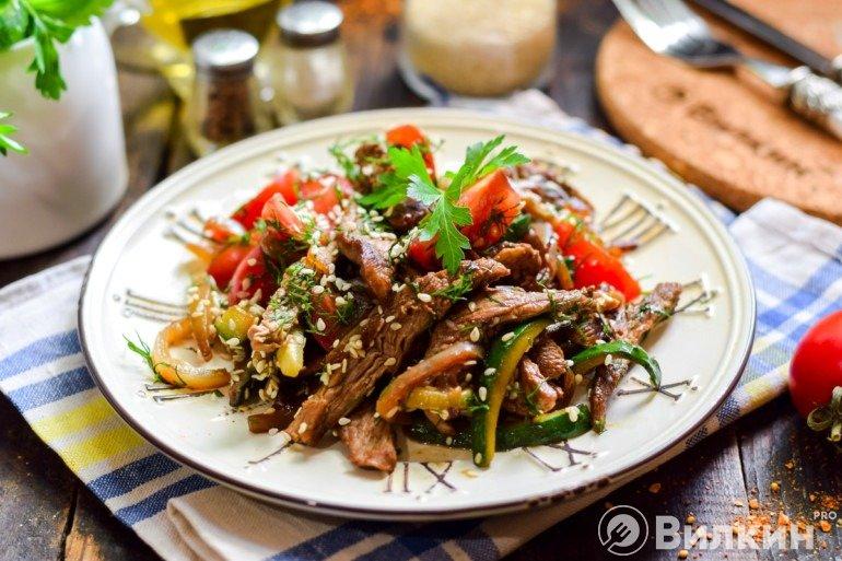 Яркий тайский салат с мясом и овощами