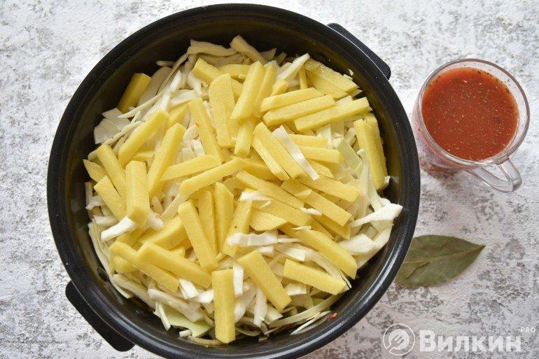 Добавление в чашу картошки с капустой