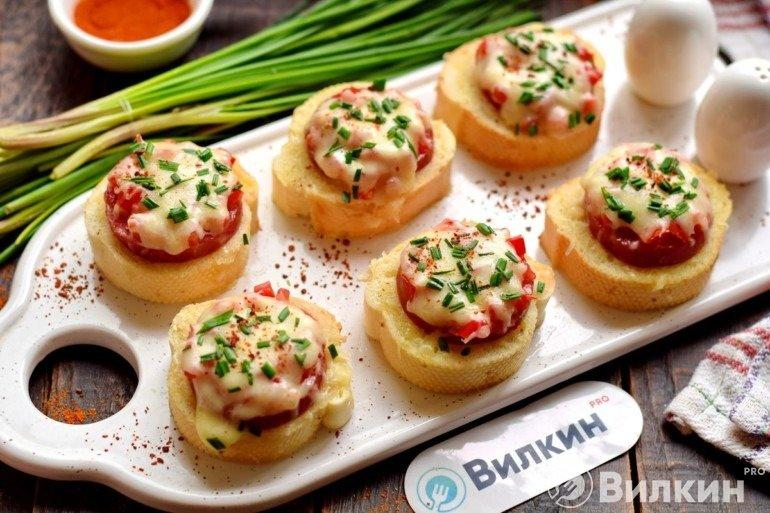 Бутерброды с колбасой и сыром в микроволновке