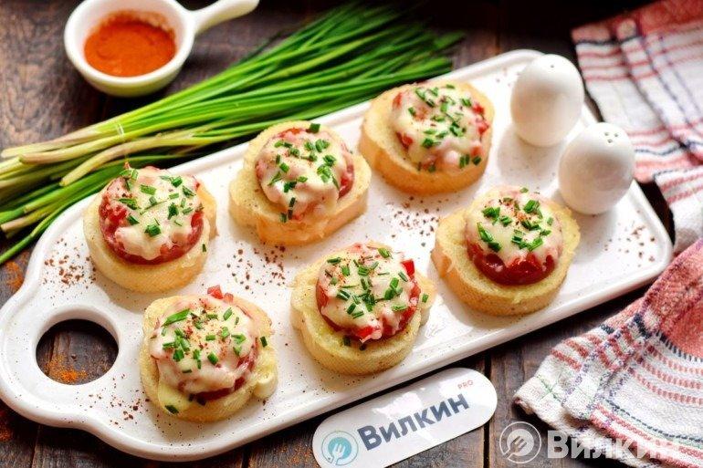 Горячие бутерброды с колбасой и сыром