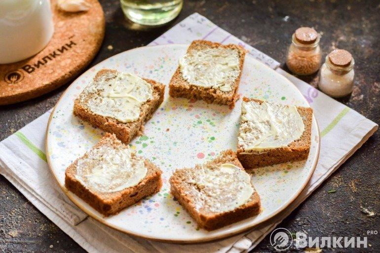 Смазывание хлеба маслом