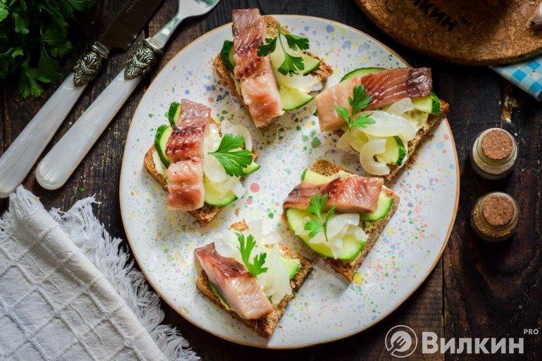 Готовые бутерброды с селедкой