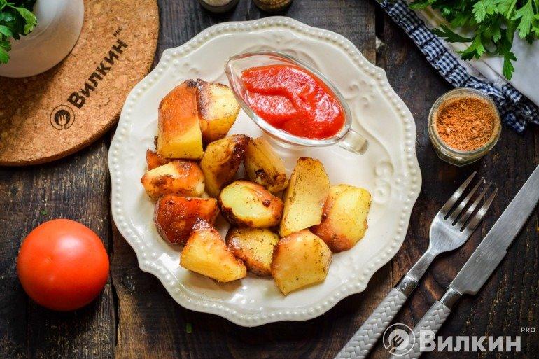 Подача запеченного картофеля к столу