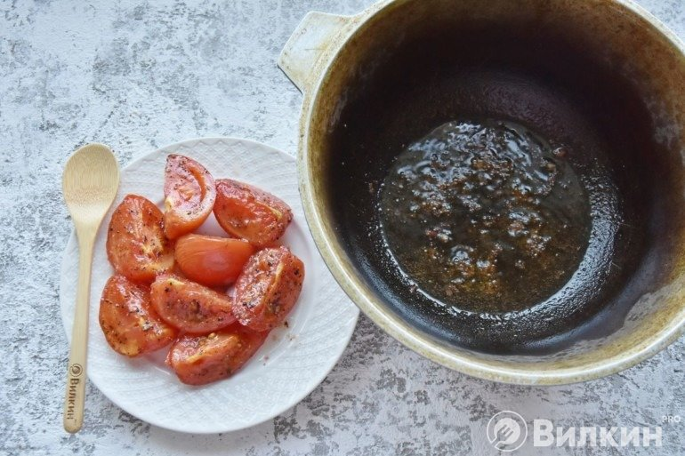 Перекладывание помидоров на тарелку