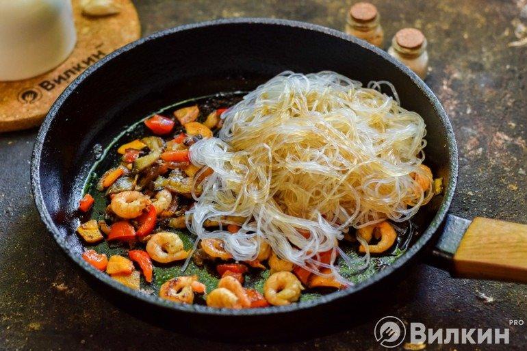 Соединение креветок и овощей с лапшой