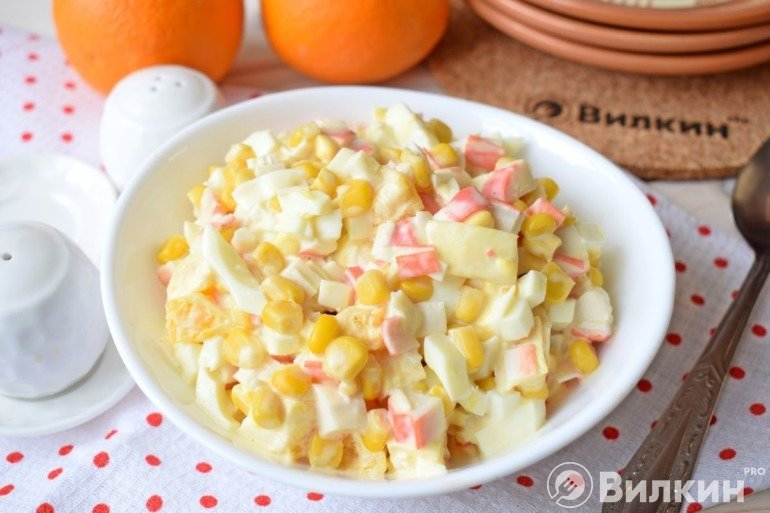 Салат с апельсином, кукурузой и крабовыми палочками