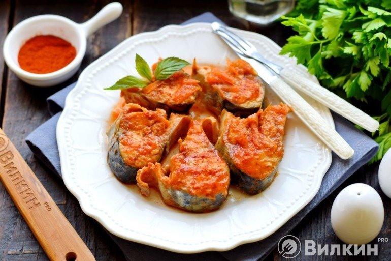 Тушеная скумбрия в томатном соусе на ужин