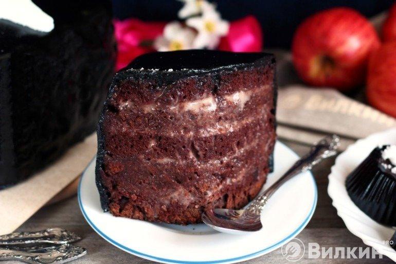 Кусочек торта на праздничном столе