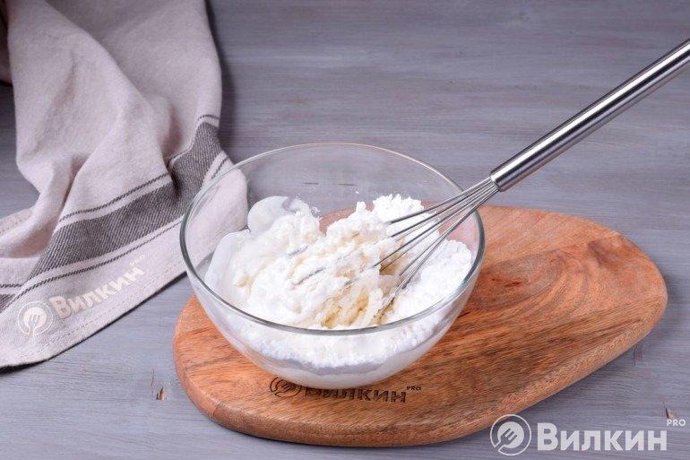 Соединение рикотты, йогурта и пудры