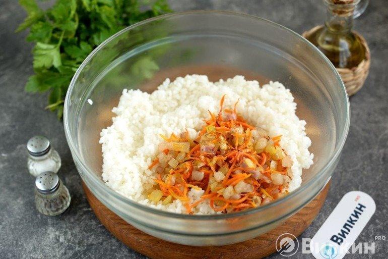 Вмешивание овощной массы в рис
