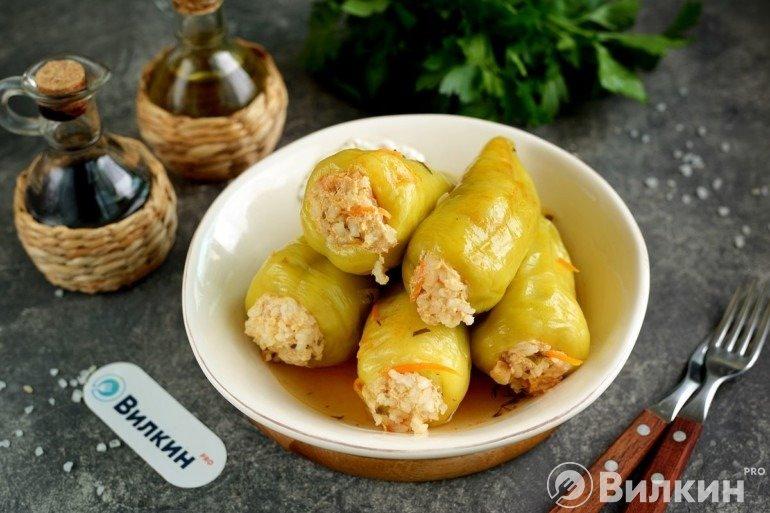 Болгарский перец, фаршированный куриным фаршем, рисом и овощами