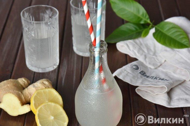 Подача лимонада с трубочками