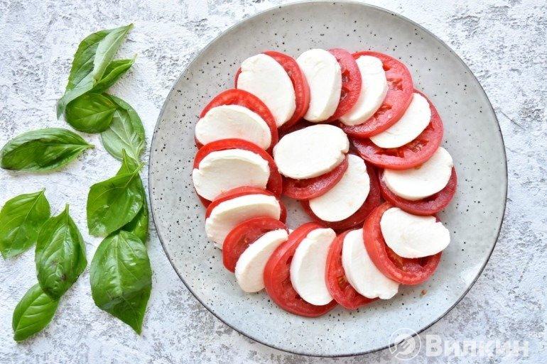 Выкладка сыра с помидорами