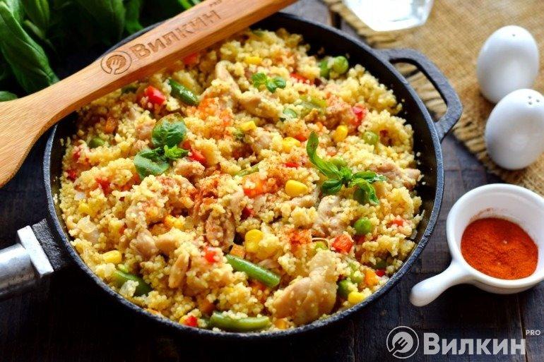 Кускус с курицей, зеленым горошком, кукурузой и другими овощами