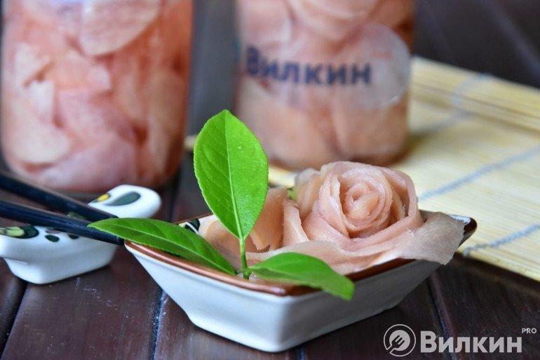 Розовый маринованный имбирь