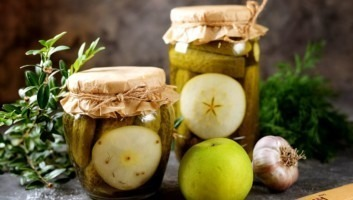 Огурцы, маринованные с яблоками и душистым перцем на зиму