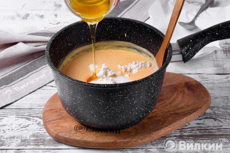 Добавление творога и меда