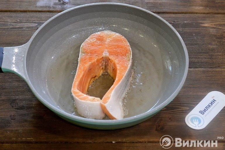 Выкладка семги на сковороду