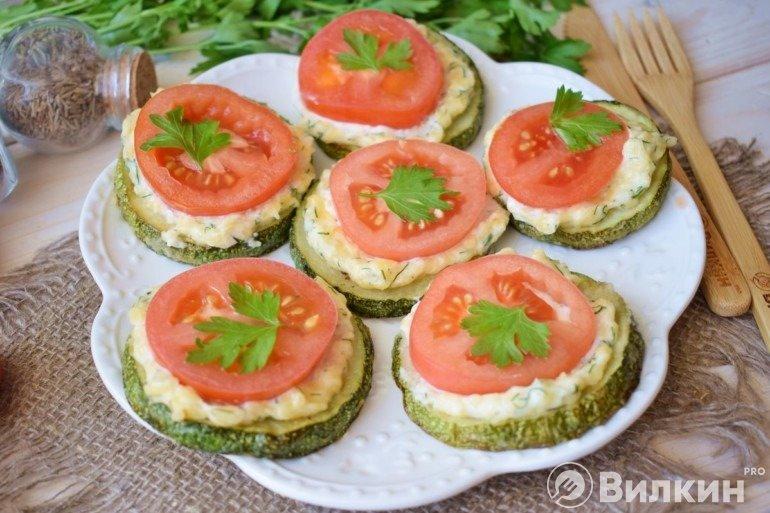 Кабачки с сыром, чесноком и помидорами