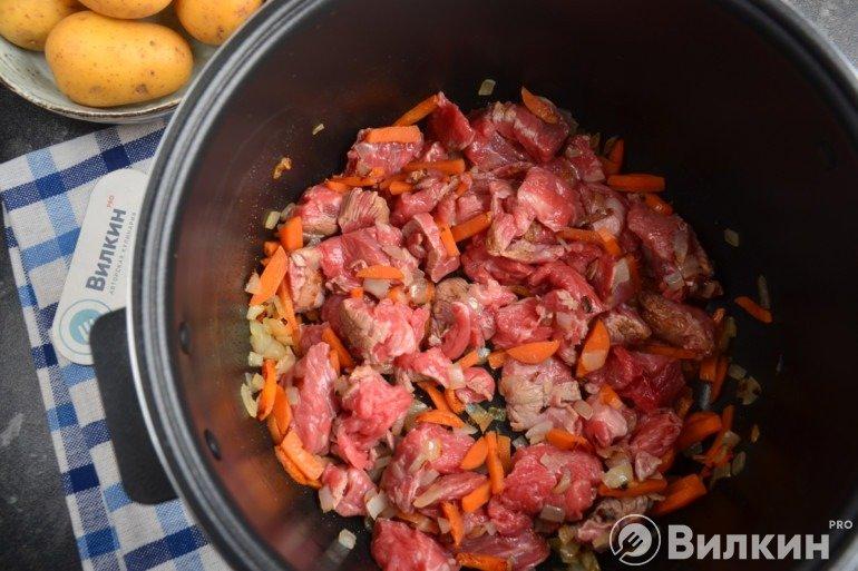 Обжаривание мяса с морковью и луком