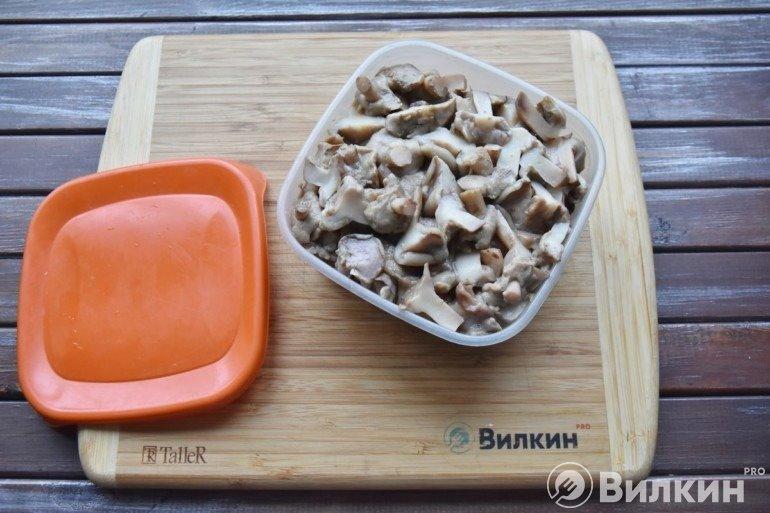 Вареные грибы в контейнере
