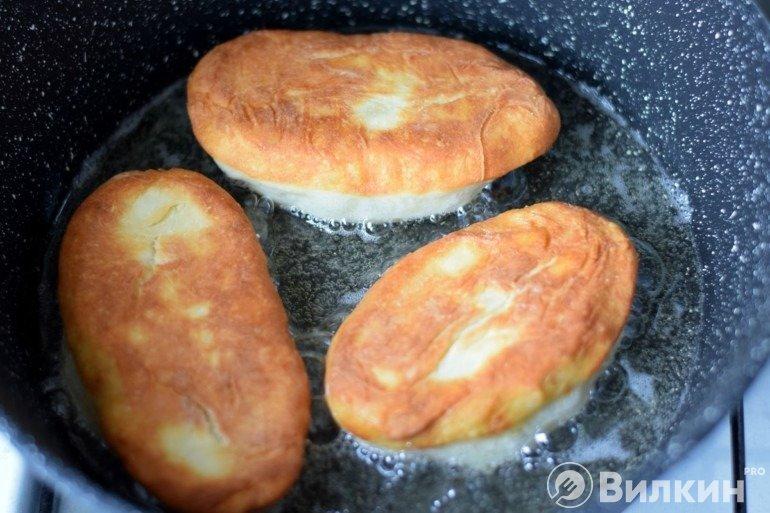 Румяные пирожки на сковороде