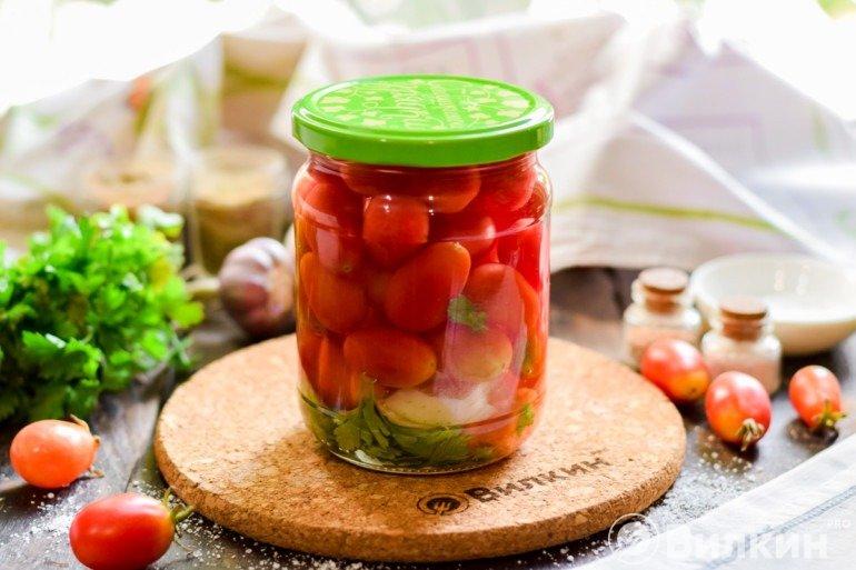 Баночка маринованных помидоров