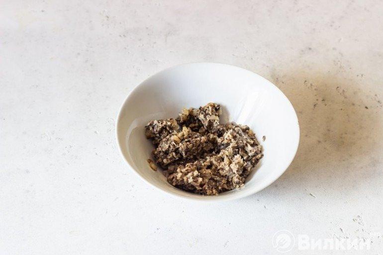 Измельченные жареные грибы с луком